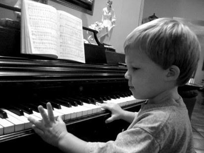 Muchacho al piano