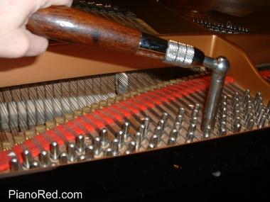 La llave de afinación colocada en la clavija