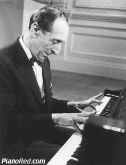 Vladimir Horowitz tocando el piano