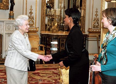 Reina Elizabeth y Condoleezza Rice