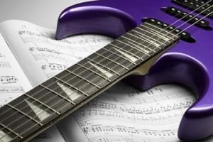 Tomando clases de guitarra